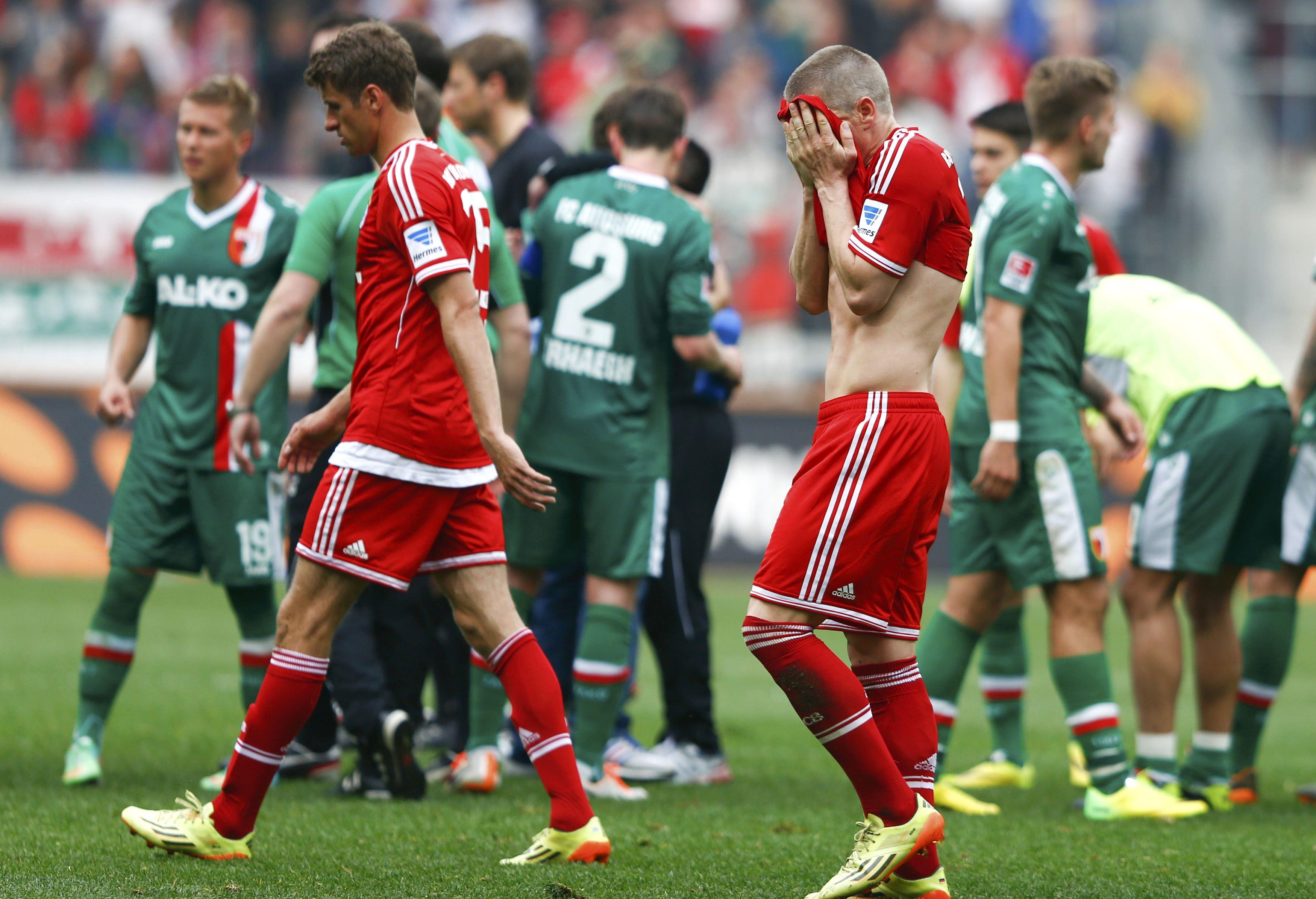 Jogadores do Bayern de Munique deixam o gramado após derrota para o Augsburg