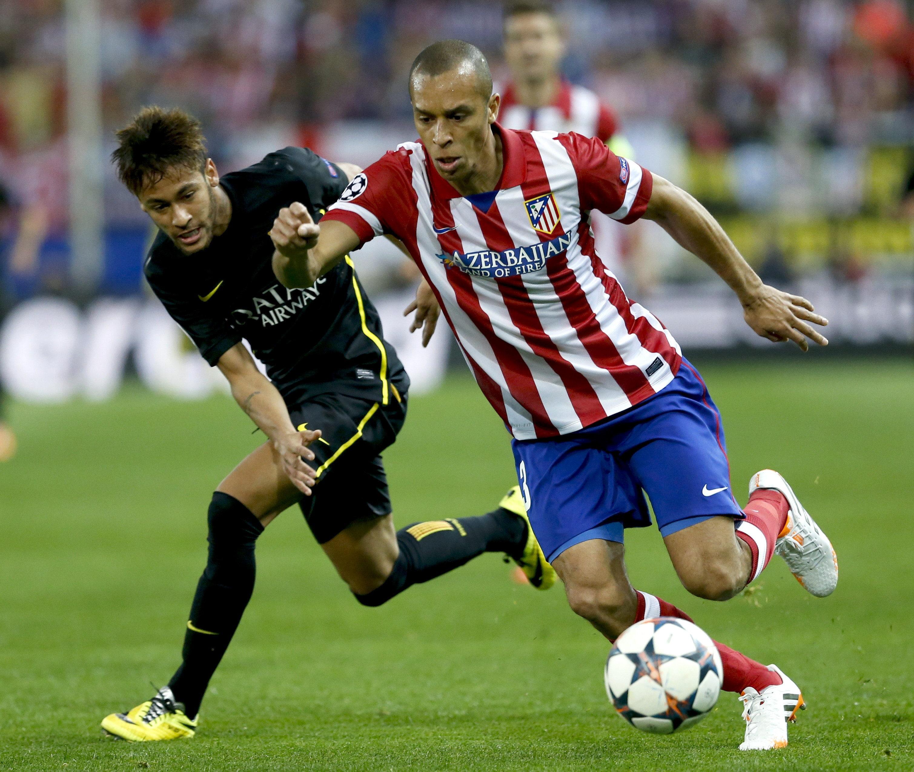 Miranda (dir) disputa bola com Neymar no confronto das quartas de final da Liga dos Campeões