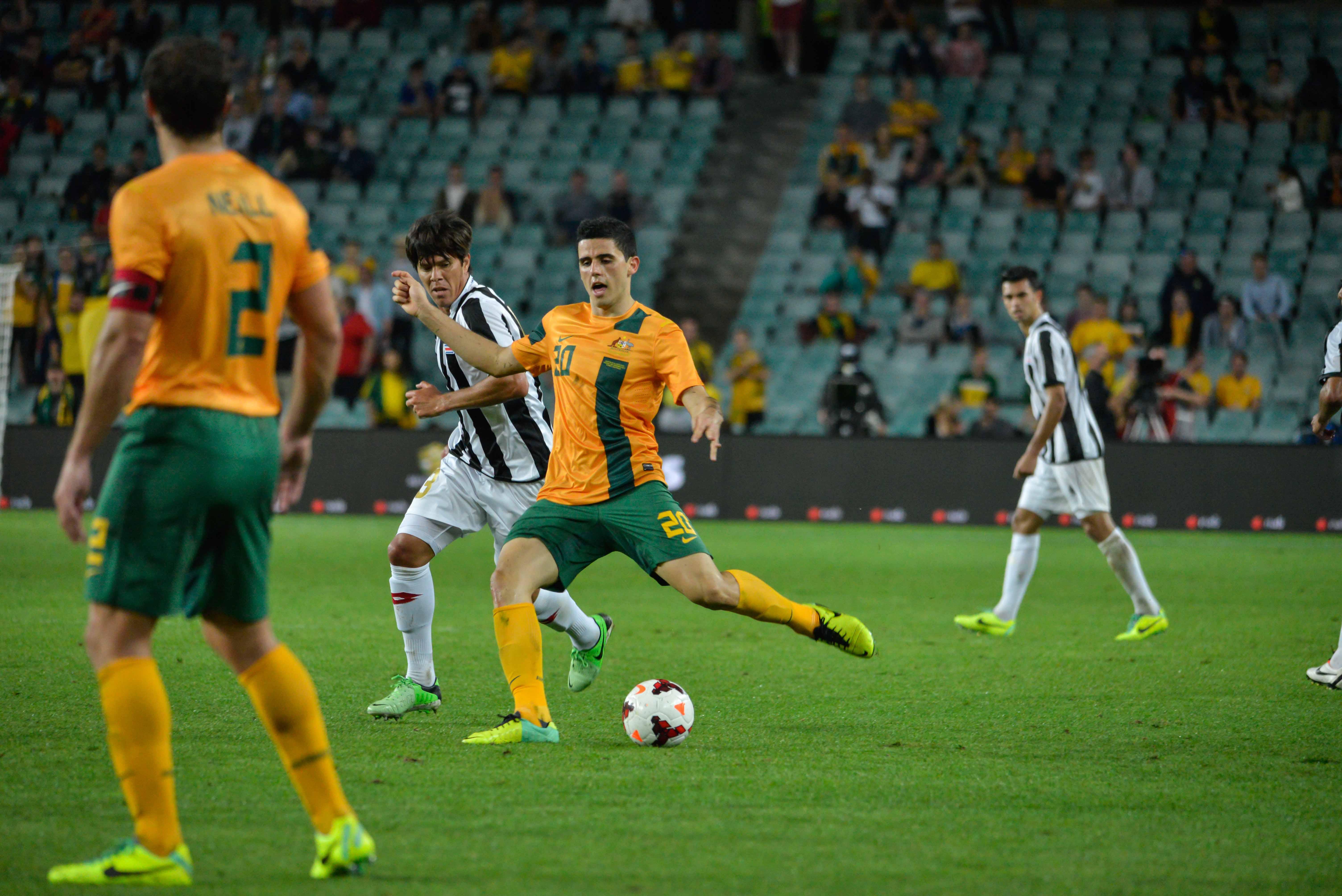 Tom Rogic, com a bola, em ação pela seleção australiana