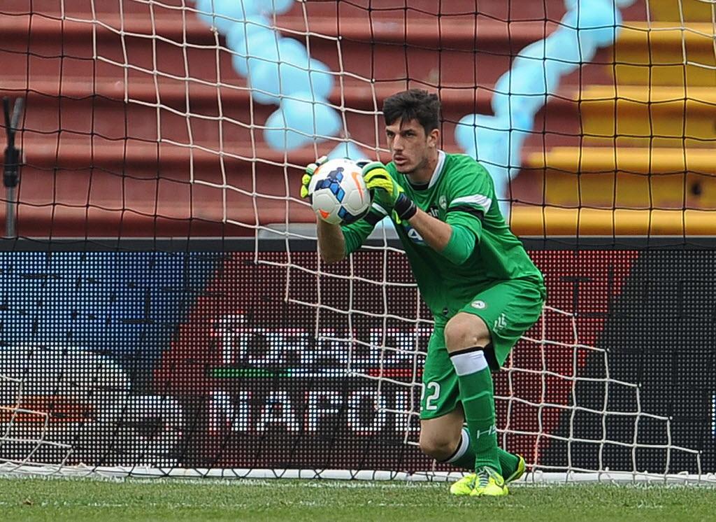 Scuffet, goleiro adolescente da Udinese, contra o Napoli, em abril.