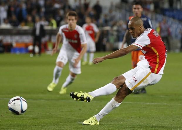 Fabinho cobra o pênalti que deu a vitória ao Monaco contra o Montpellier (Guillaume Horcajuelo - 24.set.2015/EFE)