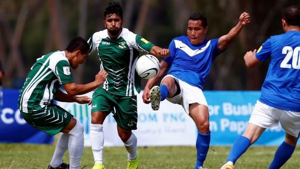 Jogadores das Ilhas Cook (de uniforme verde) no jogo contra a Samoa (Shane Wenzlick/OFC)