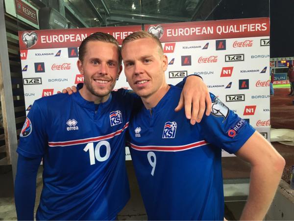 Sigurdsson (10) e Sigþórsson, titulares da Islândia (Reprodução Twitter/Federação Irlandesa de Futebol)