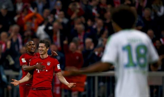 Douglas Costa abraça Lewandowski; em primeiro plano, de costas, Dante (Michael Dalder/Reuters)