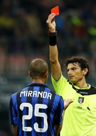 Miranda, que tem sido o capitão de Dunga, recebe o vermelho em jogo do Italiano (Stefano Rellandini - 27.set.2014/Reuters)