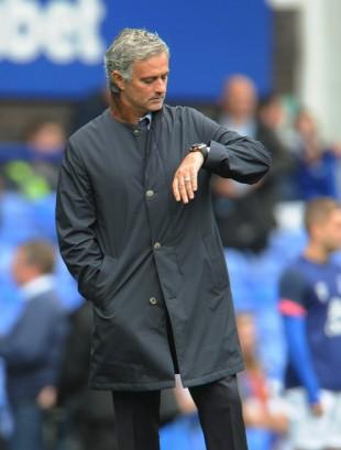 José Mourinho antes da derrota para o Everton pela Premier League (Peter Powell/EFE)
