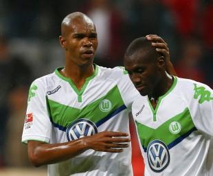 Naldo consola Guilavogui; um dia para o Wolfsburg esquecer (Michael Dalder/Reuters)