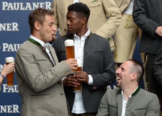 Rafinha com os colegas de Bayern Alaba e Ribery em evento de uma cervejaria em Munique (Christof Stache - 25.ago.2015/AFP)