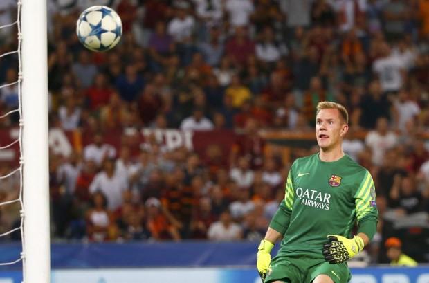 Ter Stegen, goleiro do Barcelona, observa a bola rumo ao gol (Tony Gentile/Reuters)