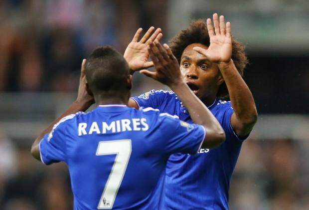Willian celebra com Ramires seu gol, o de empate do Chelsea contra o Newcastle na Premier League (Ian Macnicol – 26.set.2015/AFP)