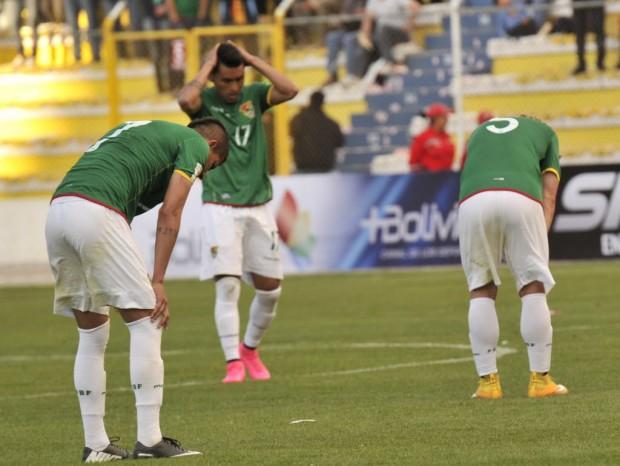 Bolivianos após a derrota por 2 a 0 para o Uruguai; país iniciou com derrota todas as eliminatórias para as Copas deste século (Aizar Raldes/AFP)
