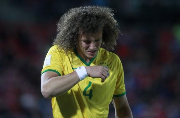 David Luiz se machucou no joelho e deixou o  jogo em Santiago (Claudio Reyes - 8.out.2015/AFP)