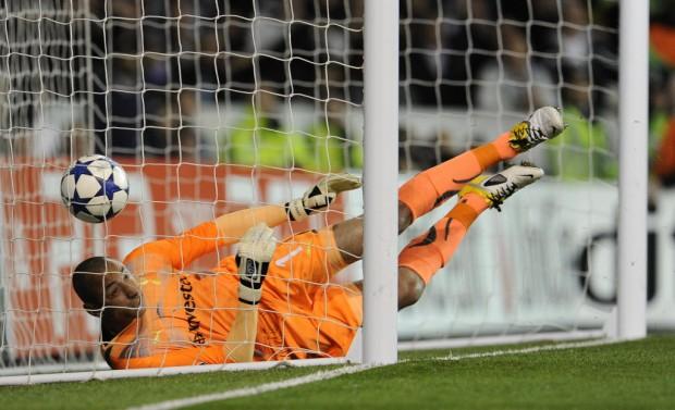 Gomes, então no Tottenham, falha em chute de Cristiano Ronaldo, do Real Madrid, na Champions League (Javier Soriano - 13.abr.2011/AFP)