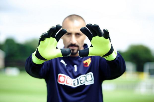 Gomes, goleiro do Watford, da Inglaterra, exibe as luvas (BePro2)