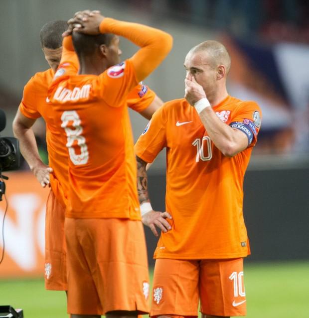 Wijnaldum e Sneijder após a derrota da Holanda em Amsterdã (Toussaint Kluiters - 13.out.2015/Reuters)