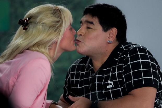 Maradona beija a noiva, Rocío Oliva, em visita a Caracas, capital da Venezuela (Miguel Gutiérrez - 28.fev.2015/EFE)