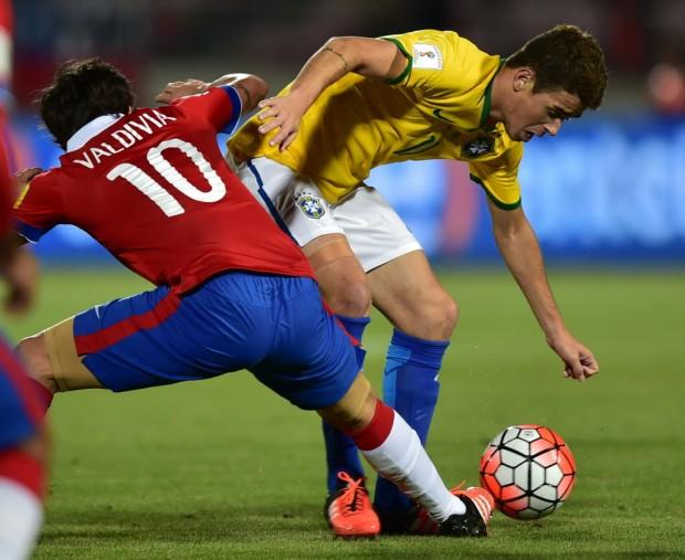 Oscar é marcado por Valdivia na derrota do Brasil na estreia nas eliminatórias (Martin Bernetti - 8.out.2015/AFP)
