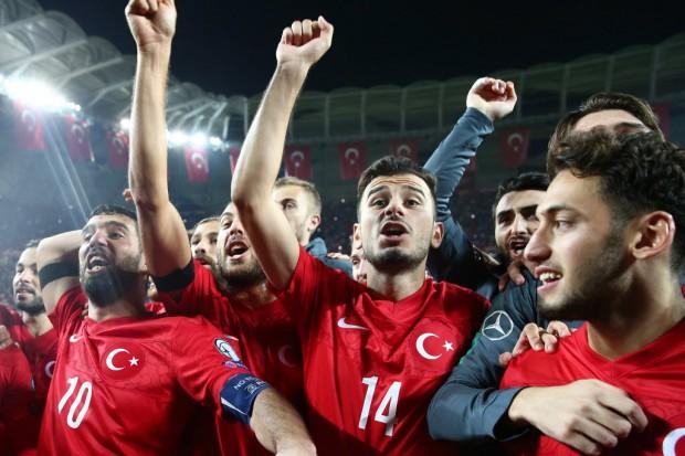 Jogadores turcos festejam em Konya a classificação para a Euro-2016  (13.out.2015/AFP)