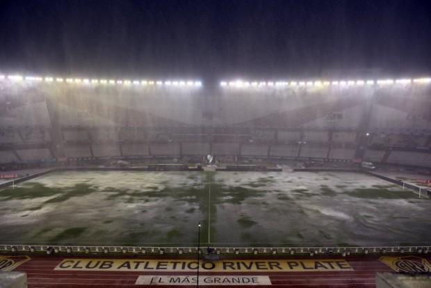 Gramado do Monumental de Núñez, impraticável para futebol ontem (Juan Ignacio Roncoroni - 12.nov.2015/EFE)