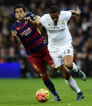 Daniel Alves, do Barcelona, duela com Danilo, do Real Madrid (Javier Soriano - 21.nov.2015/AFP)