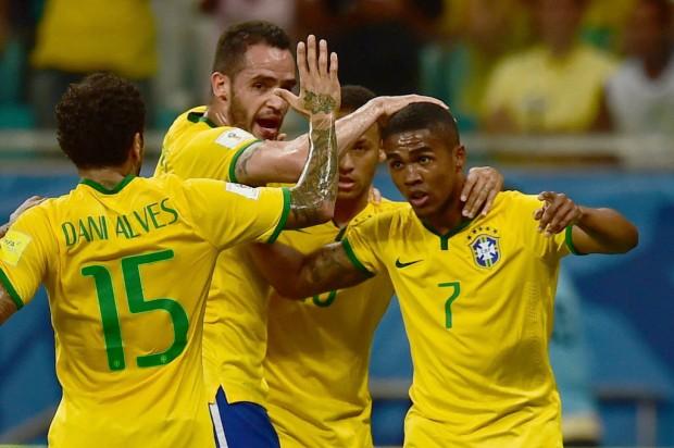 Daniel Alves, Renato Augusto e Neymar festejam Douglas Costa, autor do 1º gol na Bahia (Christophe Simon/AFP)