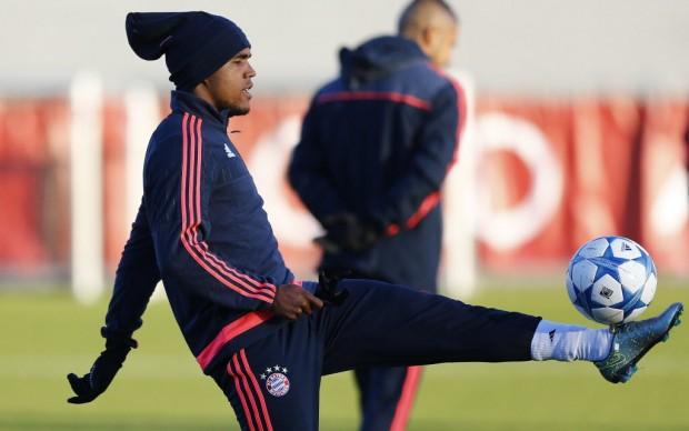 Douglas Costa treina para o jogo desta terça (24), contra o Olympiakos, pela Champions League (Matthias Schrader/Associated Press)