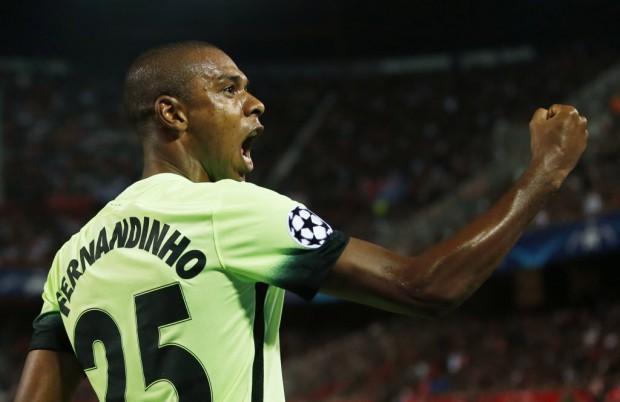 O volante Fernandinho vibra ao fazer gol contra o Sevilla na Champions (Andrew Boyers - 3.nov.2015/Reuters)