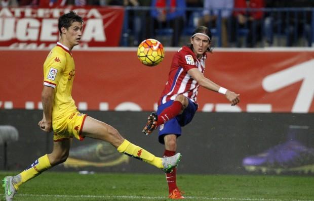 Filipe Luís, titular da lateral esquerda da seleção, no jogo contra o Gijón (Victor Lerena - 8.nov.2015/EFE)