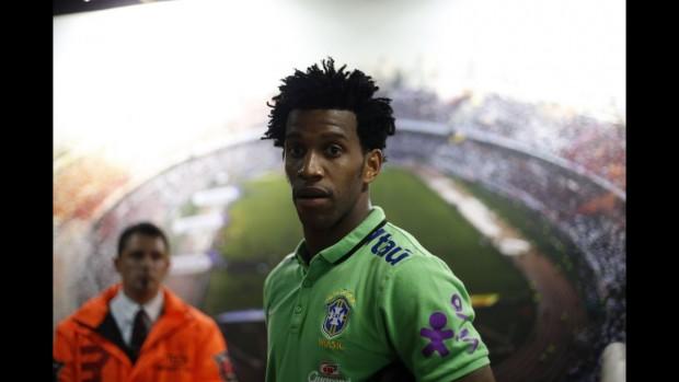 Gil pode ser uma opção melhor que Miranda se chover forte na hora do jogo (André Mourão -12.nov.2015/MoWA Press)