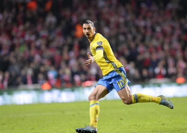 Ibrahimovic comemora seu 2º gol no jogo em Copenhague (Jonathan Nackstrand - 17.nov.2015/AFP)