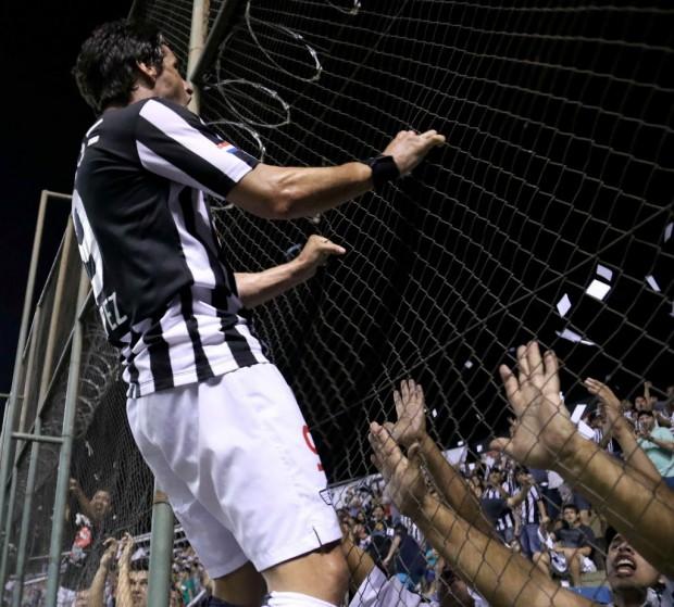 Rodrigo López, do Libertad, invicto há 21 jogos, festeja com a torcida (Andrés Cristaldo Benítez - 17.set.2015/EFE)