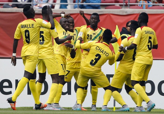 Mali's players celebrate after scoring against Belgium during the FIFA U-17 World Cup semifinal football match at La Portada stadium in La Serena, Chile, on November 5, 2015. AFP PHOTO /PHOTOSPORT - (Andres Pina - 5.nov.2015/AFP)