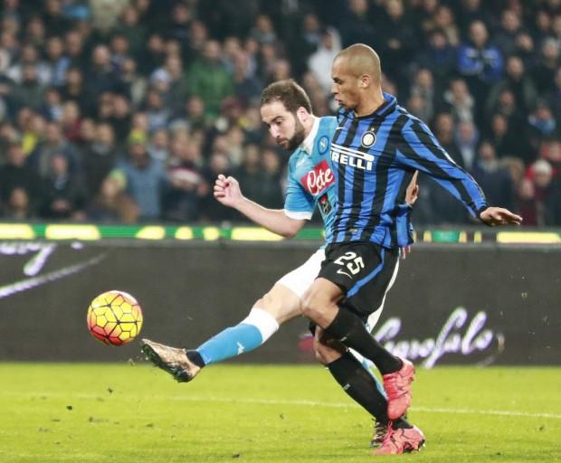 Miranda não evita chute de Higuaín: gol do Napoli (Carlo Hermann - 30.nov.2015/AFP)