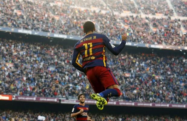 Neymar festeja gol diante do Villarreal no Camp Nou (Albert Gea - 8.nov.2015/Reuters)