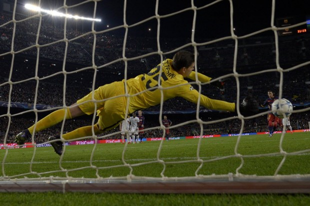 Sczcesny, da Roma, salta para defender pênalti batido por Neymar (Lluis Gene - 24.nov.2015/AFP)