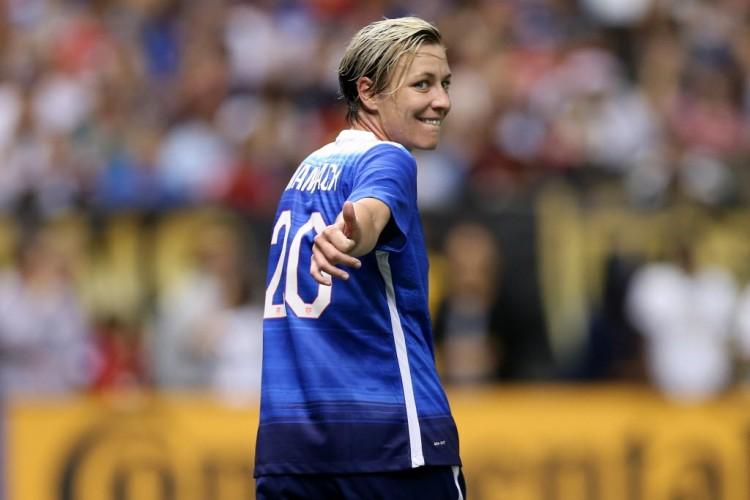 Abby Wambach durante sua despedida, em jogo em Nova Orleans (Chris Graythen - 16.dez.2015/AFP)