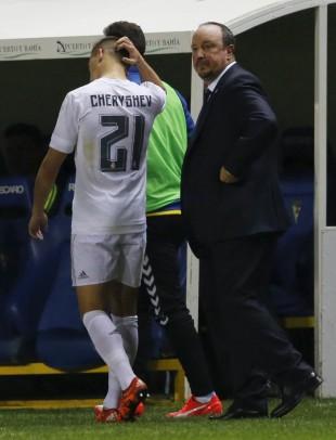 Cheryshev coça a cabeça ao ser substituído por Rafa Benítez (Marcelo del Pozo - 2.dez.2015/Reuters)