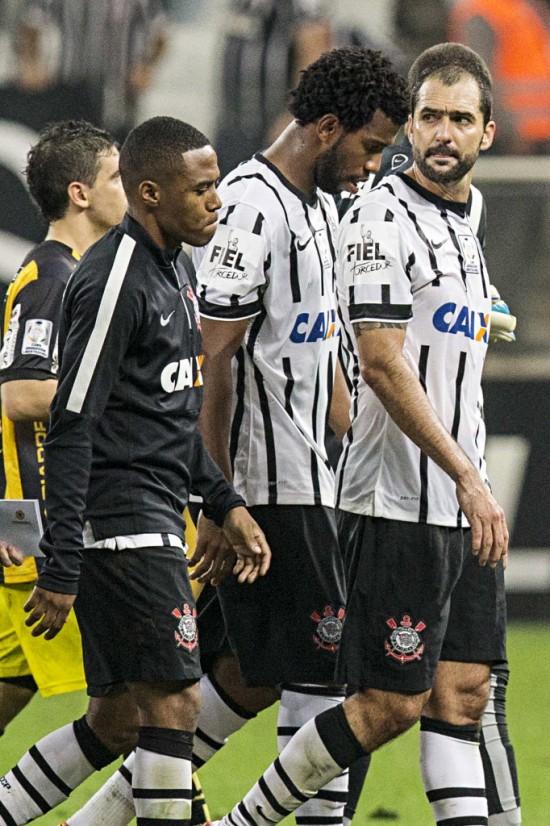 Elias, Gil e Danilo depois da eliminação do Corinthians da Libertadores-2015, contra o Guaraní-PAR (Eduardo Knapp - 14.mai.2015/Folhapress)