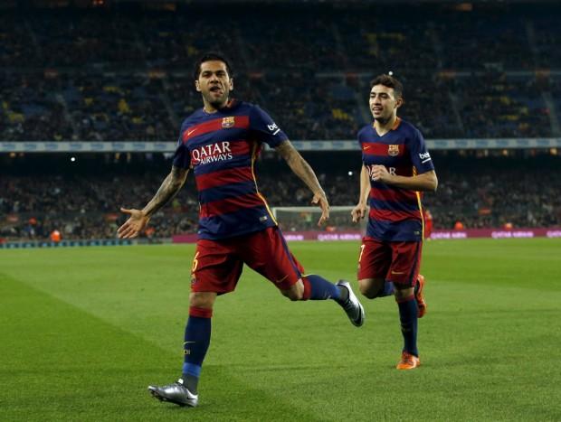 Daniel Alves comemora seu gol contra o Villanovense pela Copa do Rei (Albert Gea - 2.nov.2015/Reuters)