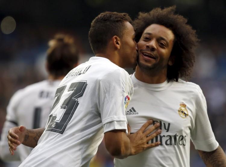 Danilo beija o compatriota Marcelo depois de fazer gol contra o Rayo Vallecano (Sergio Perez - 20.dez.2015/Reuters)