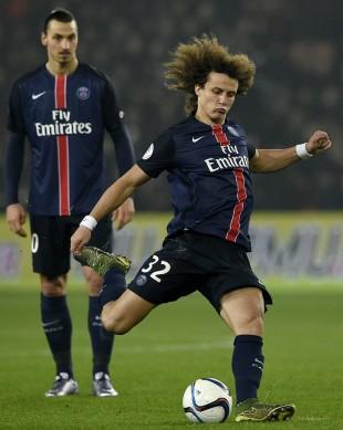 David Luiz bate falta contra o Lyon observado por Ibrahimovic (Franck Fife - 13.dez.2015/AFP)