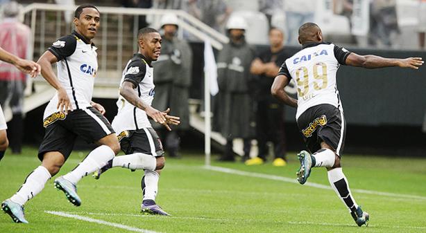 Elias (esq.) na celebração do gol de Vagner Love (Daniel Augusto Jr./Divulgação/Agência Corinthians)