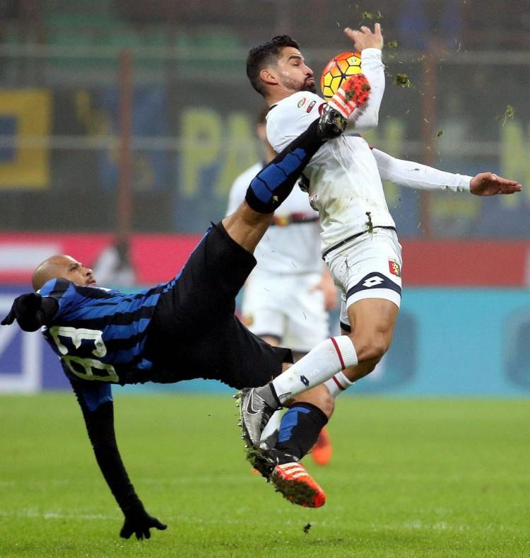 Ao seu estilo, Felipe Melo marca o colombiano Rincón, do Genoa, em partida do Italiano (Matteo Bazzi - 5.dez.2015/EFE)