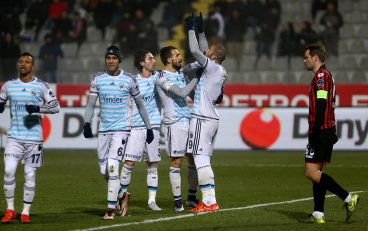 O capitão do Genclerbirligi, Kulusic, desolado depois do gol do Fenerbahce (Adem Altan - 20.dez.2015/AFP)
