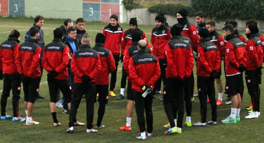 Yilmaz Vural , que durou menos de uma semana no comando, conversa com os jogadores em treino (Reprodução/Site do Genclerbirligi)