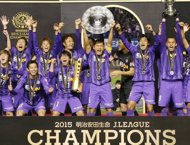 Equipe do Sanfrecce Hiroshima comemora o título obtido contra o Gamba Osaka (Jiji Press - 5.dez.2015/AFP)