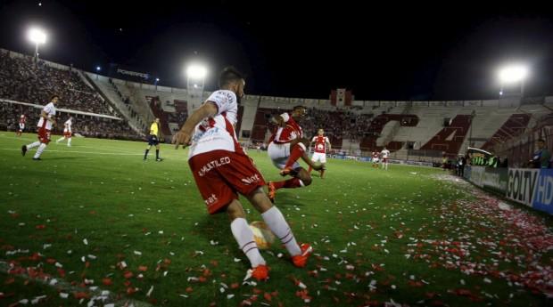Lance de Huracan 0 x 0 Santa Fé, jogo de ida da final da Sul-Americana (Marcos Brindicci - 2.nov.2015/Reuters)