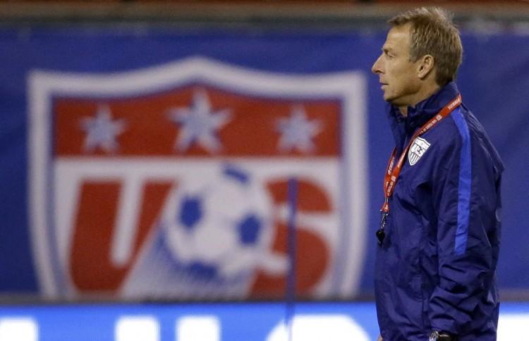 Klinsmann observa o time dos EUA em treino em Saint Louis (Jeff Roberson - 12.dez.2015/Associated Press)