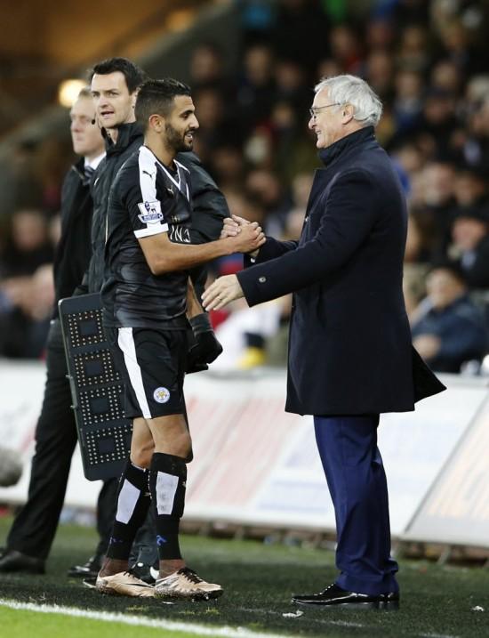 Mahrez cumprimenta Ranieri no jogo contra o Swansea, no qual fez três gols (Paul Childs - 5.dez.2015/Reuters)