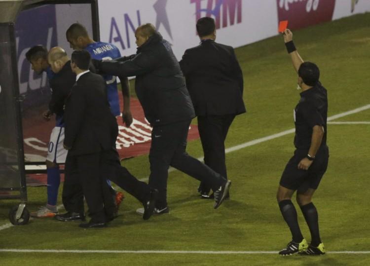 A caminho do vestiário, Neymar leva cartão vermelho na Copa América (Ueslei Marcelino - 17.jun.2015/Reuters)